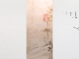 Jinam I, 2017, 320x85 cm hydroglazury, akryl, opál plexi, pauzák, žárovka (foto. Pavel Matoušek)